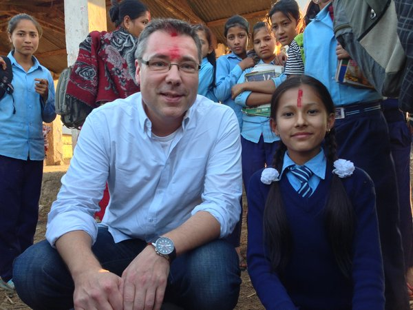 Arne in Nepal with school girl